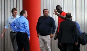 SPOTTED! Balotelli arrives for his medical!